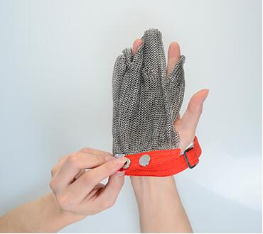 How To Overturn The Metal Mesh Gloves From Left Hand To Right Hand
